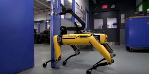 Robot, guarda il cane della Boston Dynamics aprire le porte (Video)