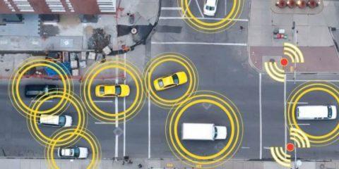 Connected cars, la Commissione Ue al bivio per la scelta dello standard