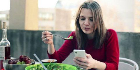 SosTech. Smartphone e cibo, un rapporto controverso