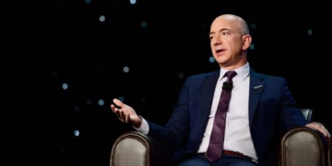 Amazon tassata a Seattle per aiutare i senzatetto. La società del multimiliardario Bezos insorge
