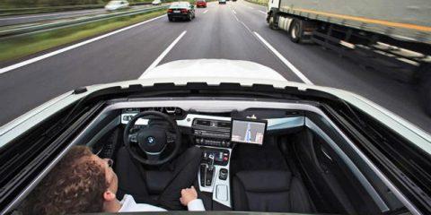 Guida autonoma, favorevole il 42% degli italiani e il 30% la trova anche più sicura