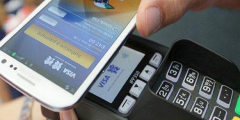 Pagamenti elettronici, 40% degli italiani anche per spese inferiori a 5 euro. Stretta Bankitalia sui contanti