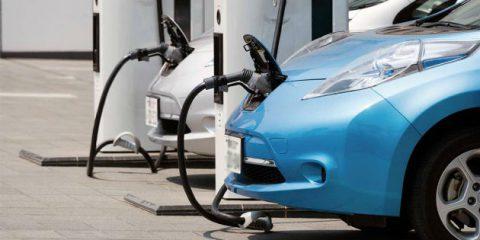 Auto elettriche in Italia, i dati del MIT sul mercato nazionale e le infrastrutture di ricarica