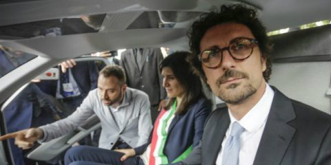 Auto a guida autonoma, Toninelli 'Creeranno posti di lavoro e garantiranno più sicurezza in strada'