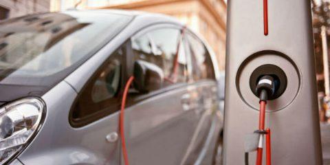 Auto elettriche, accordi Enel, enti locali e imprese per installare 4.300 colonnine di ricarica