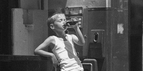Calure estive. Un giovane guappo americano negli anni Cinquanta, sa che il mondo lo sta aspettando