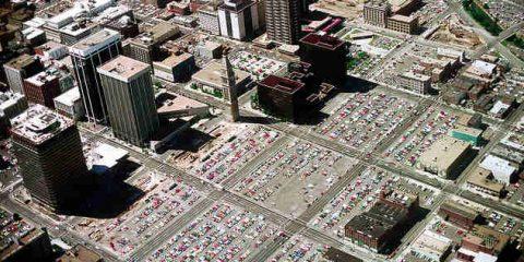 Parcheggi che mangiano le città, uno studio su New York, Philadelphia e Seattle