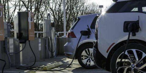 Auto elettriche, dalla BEI 115 milioni per realizzare 14 mila colonnine di ricarica in Italia entro il 2022