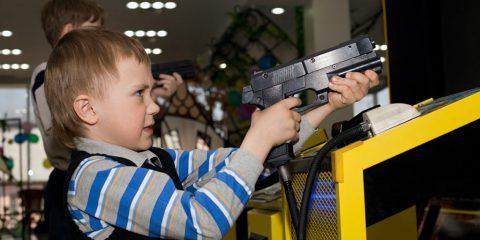 Oltre la metà dei genitori lascia che i figli minorenni giochino a titoli per adulti