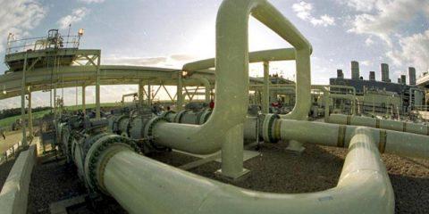 Decarbonizzazione dell'economia, in Italia troppi ostacoli. Consumi energetici in rialzo, petrolio +4,5%