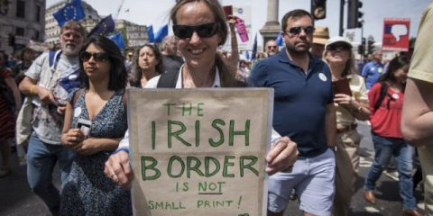 Problemi di frontiera per la Brexit, Bruxelles corregge le stime di crescita della Spagna, Macron scende nei sondaggi