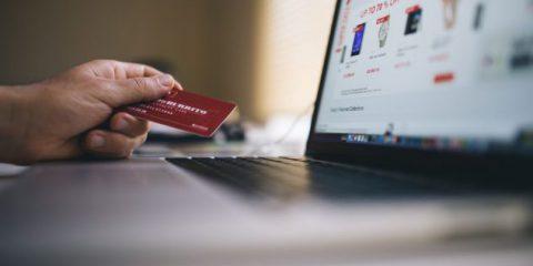 Vendita online di smartphone e tablet. Il Dl Fiscale punta a recuperare 100 milioni da frodi Iva