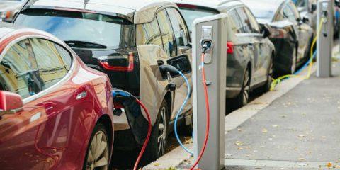 Auto elettriche, oggi inquinano il 40% in meno di quelle a benzina