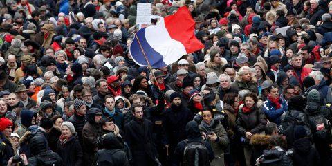 I foulard rossi contro i gilet gialli, YouTube sotto accusa in Regno Unito, Salvini-Di Maio Vs. Macron
