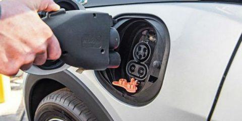 Auto elettriche, ora valgono il 10% del mercato europeo. Chiesti 3 milioni di punti ricarica entro il 2029