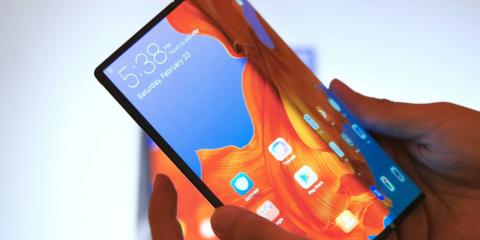 Smartphone 5G pieghevoli. Huawei e Samsung lanciano la rivoluzione e Apple sta a guardare