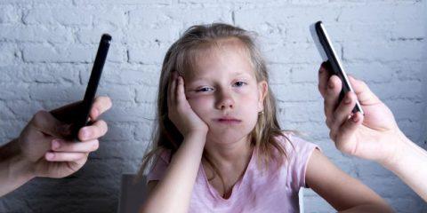 Bambinidigitali. Genitori, perché l'uso improprio dei device mobili danneggia il bambino