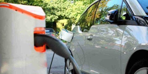 Auto elettriche: nell'ultimo mese volano le vendite a +130%, si riduce la CO2 emessa in Italia