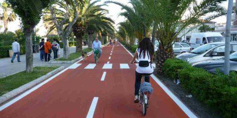 Mobilità sostenibile: ecco il Piano nazionale da 3,7 miliardi e in città c'è chi va a piedi e in bicicletta