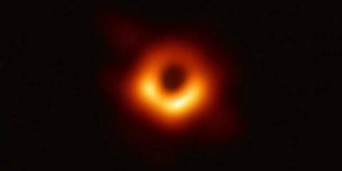 """La prima foto di un buco nero: """"un anello di luce attorno all'oscurità"""""""