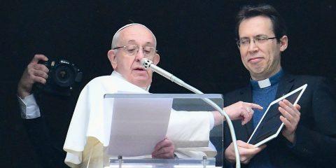 """""""Papa Francesco partecipa alla pubblicazione dei post sui social, ma mette in guardia dal modello di sviluppo tecnocratico"""""""
