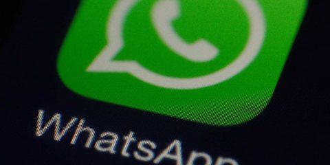 Spiati su WhatsApp: scoperta falla, ora aggiornare l'app. Miniguida per iOS e Android