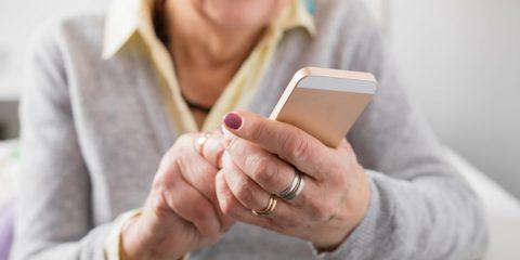 Gli over 64 utilizzano sempre di più il web, lo dice l'Istat