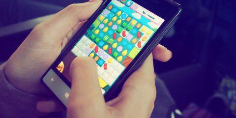 Gli italiani giocano in media 40 minuti al giorno con lo smartphone