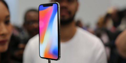 Apple, le vendite dell'iPhone continuano a crollare (-13,9% nel 2019). Bene Huawei e Samsung
