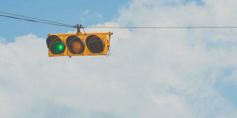 Smart Traffic Light, in Italia il primo test mai realizzato sull'app che parla ai semafori
