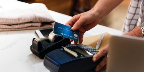 Manovra, il cashback e il bonus 'Befana' per far pagare di meno chi usa carte e bancomat