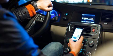 Smartphone alla guida, in Australia ti becca l'autovelox con l'IA