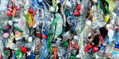 """Il Governo sposta la """"plastic tax"""" a gennaio 2022: così l'Italia rinvia la transizione green e si tiene la plastica"""