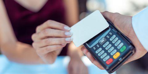 Cashless. Se spendi nei negozi fisici 3mila euro l'anno, rimborso di 300 euro. Ma solo per chi usa l'app IO?