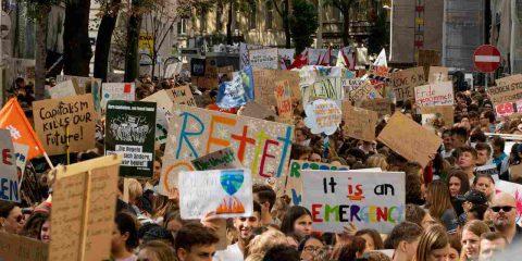 """Sciopero globale per il clima e """"Block Friday"""", nella notte azione contro Amazon in Veneto"""