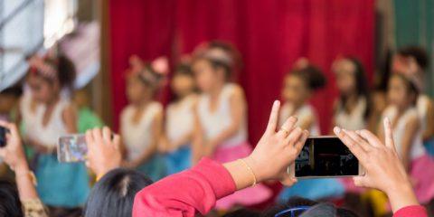 Recite di Natale, violano la privacy i video e le foto dei genitori? La risposta del Garante
