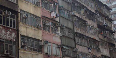 Città e disuguaglianze: in Europa si afferma il classismo immobiliare, nel resto del mondo le baraccopoli