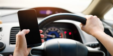 """""""Vietare gli smartphone agli under 21, pericolosi come le pistole"""". La provocazione dagli Usa"""