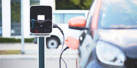 Coronavirus, a rischio il 10% del mercato auto italiano: mobilità elettrica strategica, ma confinata alle città