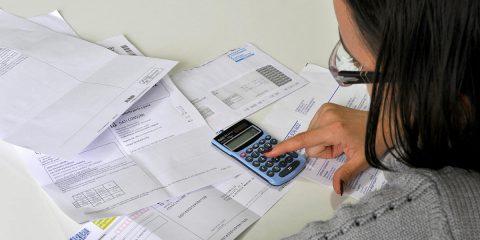 Utenze e bollette: 5 cose da fare per risparmiare ora che si ha tempo