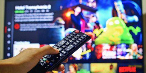 Televisione, in Europa un giro di affari da 100 miliardi di euro. Cresce la tv su internet