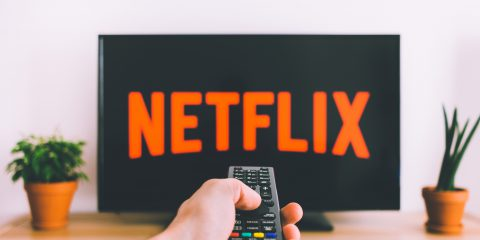 Netflix riduce la qualità dei video per 1 mese in Europa. Per un'ora in HD usa 3 GB