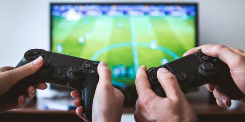 Gli italiani in lockdown giocano online, vendite console per gaming volate a +67%