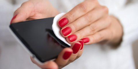 Covid-19, quanto spesso e come devi pulire lo smartphone