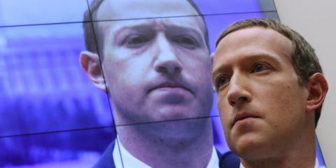 Dopo i dipendenti anche le aziende si schierano contro Facebook