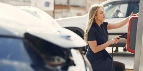 Auto elettriche a quota 15% del mercato italiano. A Milano sconto all'acquisto fino a 15 mila euro