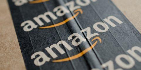 Amazon diventa anche farmacia. Consumatori 'Limitare shopping online a Natale'