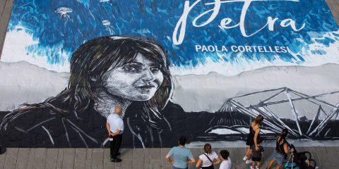 """Sky Original, la """"Petra"""" di Paola Cortellesi diventa un'opera di street art a Genova"""