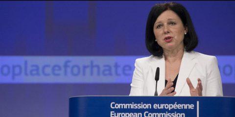 Fake news, la Commissione Ue contro i big tech: 'Non fanno abbastanza, serve trasparenza'