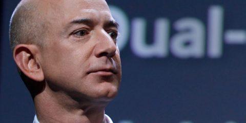 """37 europarlamentari a Bezos: """"Amazon spia i politici ed è contro i sindacati?"""""""